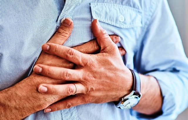 Болит сердце при остеохондрозе при вдохе: как отличить? Причины и способы лечения