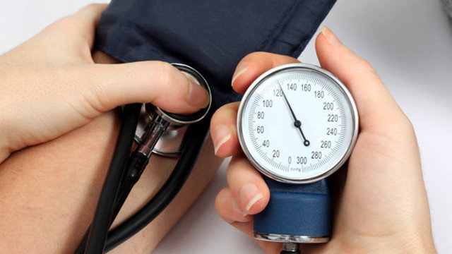 Что значит давление 100 на 80 и что делать, если болит голова и пульс 100?