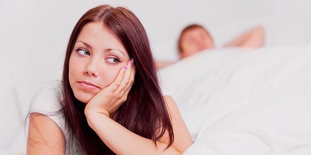 Белые сгустки из влагалища у женщин: причины, стоит ли беспокоиться и что делать