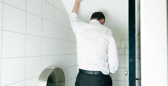 Моча пенится у мужчин, женщин: причины пенистой урины